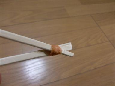 割り箸を半分くらいに切ります ...